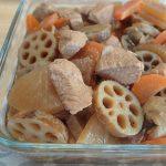 定番常備菜。鳥肉とレンコンにんじん大根の甘酢煮込み