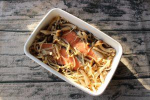簡単で日持ちする常備菜レシピ。鮭とキノコの和風マリネ