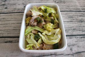 人気のお肉の常備菜レシピ。キャベツと塩麹豚のレンジ蒸し