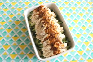 簡単定番常備菜レシピ。しっとりやわらか蒸し鶏ときゅうりの中華サラダ