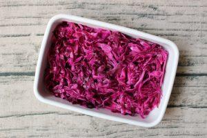 お弁当の簡単いろどり常備菜。紫キャベツの浅漬け