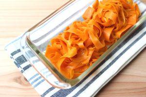 子供が喜ぶ簡単常備菜レシピ。カレーにんじんピーラーサラダ(キャロットラペ)