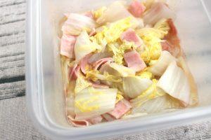 レンジで5分で作れる簡単常備菜。白菜とベーコンのかさね煮
