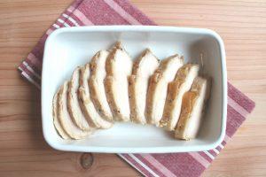 糖質オフの簡単レシピ。ガーリックペッパー味のサラダチキン(鶏ハム)