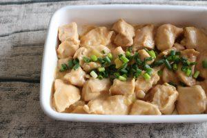 人気のムネ肉で簡単常備菜レシピ。レンジで鶏肉のオイマヨあえ