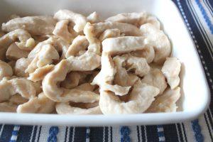 人気のレンジ蒸し鶏。500wで胸肉がしっとりやわらかくなるレシピ