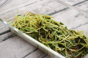 レンジで簡単常備菜レシピ。豆苗のポン酢オリーブサラダ
