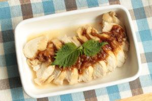 人気の簡単作り置きレシピ。レンジで胸肉しっとりやわらか蒸し鶏の梅ダレあえ