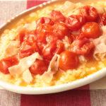 人気の本格トマトとベーコンリゾットのレシピ。生米からレンジで簡単作り方。
