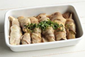 レンジで作れる簡単お弁当の作り置きレシピ。エリンギの肉巻きチーズポン酢ソースの作り方。