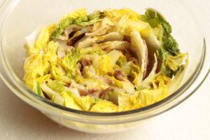 白菜の大量消費におすすめレシピ。レンジで人気の無水豚バラ白菜ミルフィーユ鍋の簡単作り方。