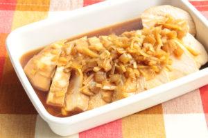 冷めても美味しい!鶏むね肉の香味ソース漬けのレシピ。レンジで簡単作り方。