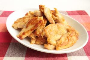 鶏ムネ肉が簡単に柔らかくなる生姜焼きのレシピ。魔法の漬け込みダレでしっとり仕上がる作り方。