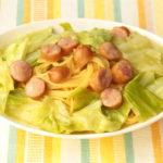 人気のレンジで簡単パスタのレシピ。キャベツとウインナーのバター醤油パスタの作り方。
