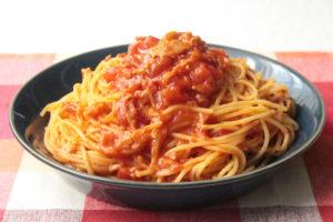 人気のトマト缶とツナ缶のパスタの簡単レシピ。レンジでゆでる作り方。コンソメと缶詰で包丁不要!