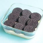 人気の水切りヨーグルトでオレオチーズケーキ風のレシピ。レンジで簡単作り方。生クリームなし。