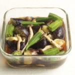 レンジで簡単常備菜レシピ。夏野菜ときのこのめんつゆオリーブ煮びたしの作り方。